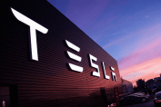 Tesla тимчасово закриває завод в Китаї через коронавірус