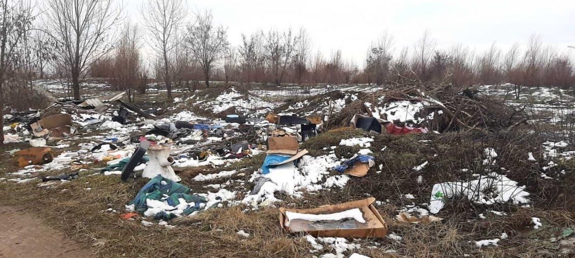 На сесії міської ради відбулася дискусія про те, що мешканці міста не хочуть платити за вивезення сміття, бо вважають, що відходів у їхніх домогосподарствах немає. «Я покажу, куди дівають непотріб ті, хто не платить за вивезення сміття. Посадки засмічені. Привозять машинами, вивантажують. «Платити всім, нужденним — допоможемо» — Усі бориспільці мають платити за послугу з вивезення сміття в залежності від кількості людей, які проживають у будинку. Якщо говорити про пільгові верстви населення, то такі громадяни можуть звернутися до депутата округу і, відповідно до акту обстеження, отримати адресну грошову допомогу з міського бюджету. А коли говорити про сміттєву проблему у глобальному масштабі (сміттєпереробні заводи), то без чіткої державної програми на місцевих рівнях ні Бориспіль, ні інші міста країни не впораються.